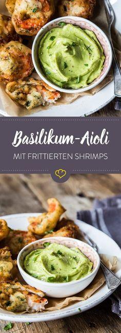 Einen nach dem anderen versenkst du die knusprig gebackenen Shrimps in der cremigen Aioli. Und ehe du dich versiehst, ist das Schälchen schon leer. Manchmal sind es eben nur ein paar Basilikumblätter, die deinen einfachen Knoblauch-Dip zu deiner absoluten Lieblingsaioli machen.