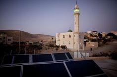 Painéis solares fotovoltaicos fornecem eletricidade para uma casa na aldeia árabe beduíno, em Israel (Uriel Sinai / Getty Images)