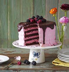 Voiko kakku, jossa on 650 grammaa tummaa suklaata ja tuoreita vadelmia, maistua muulta kuin järjettömän hyvältä? Kakusta riittää ainakin 20...