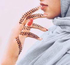 Henna in hiding. A way to stay professional while on the job! Henna in hiding. A way to stay professional while on the job! Featuring 786 Cosmetics wudu-friendly nail polish in the shade Jaipur via Modern Henna Designs, Latest Henna Designs, Arabic Henna Designs, Mehndi Designs For Girls, Mehndi Design Photos, Wedding Mehndi Designs, Mehndi Designs For Fingers, Henna Designs Easy, Mehndi Art Designs
