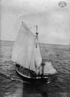 Goleta Pampa del Sr. Aaron Anchorena navegando el Lago Nahuel Huapi, Año 1911 (Álbum Sur Argentino)