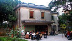 Café Casa das Rosas No meio do caos e do cinza da avenida mais movimentada de Sampa, fica escondido atrás do casarão da Casa das Rosas um café onde antes era o jardim da casa.