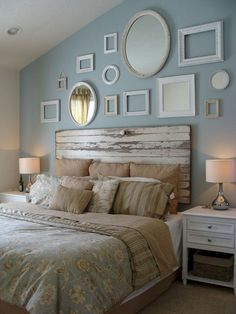 Headboard wall decoration can transform the look and feel of your bedroom. Headboards are a great way to tie your bed design in with the rest of your bedroom furniture. You can either buy a simple readymade one or you can DIY with what you have to ma Bedroom Vintage, Vintage Room, Cama Vintage, Headboard From Old Door, Headboard Ideas, Pallet Headboards, Wall Headboard, Barn Door Headboards, Picture Frame Headboard