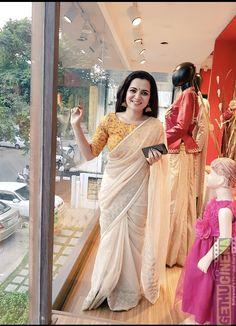 Dhivyadharshini new stills VJ Dhivyadharshini 2017 New HD Images Kerala Saree Blouse Designs, Cotton Saree Designs, Saree Blouse Patterns, Sari Dress, Simple Sarees, Saree Trends, Saree Models, Stylish Sarees, Saree Look