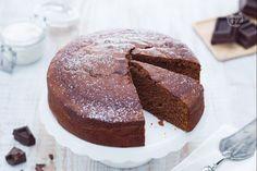 La torta al cioccolato con panna acida è una ricetta golosa, soffice e gustosa preparata con la panna acida o crème fraiche!