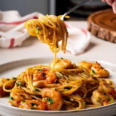 Spicy Shrimp Pasta in Garlic Tomato Cream Sauce Prawn Spaghetti, Spaghetti Recipes, Asian Spaghetti, Spicy Garlic Shrimp, Garlic Prawns, Prawn Recipes, Asian Recipes, Ethnic Recipes, Soup Recipes