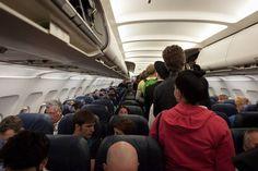Quem nunca se deparou com aquele tipo cheirosinho ao lado num voo longo? Ou com aquele que puxa seu cabelo para levantar? Ou o que fala sem parar?