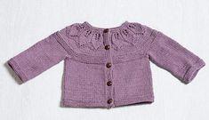 Cardigan med bladmønster. Sød cardigan til de små. Den er ikke svær at lave og kan bruges af alle børn (også drenge) i alle farver. Her strikket i egyptisk bomuld på pinde 3½-4.