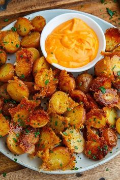 recipes Crispy Parmesan Roast Potatoes - Closet Cooking Potatoes roasted with parmesan cheese that get all sort of nice and golden brown, crispy and good! Seriously better than french fries! Potato Dishes, Vegetable Dishes, Vegetable Recipes, Food Dishes, Veggie Food, Potato Food, Vegetable Appetizers, Potato Appetizers, Potato Snacks
