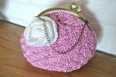 Grand porte monnaie, ou petite trousse !, réalisé au crochet avec un fil soyeux rose. Sur le devant une rose réalisée au crochet dans le même fil mais blanc. Fermoir bronze co - 14223661