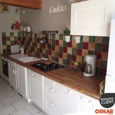Deco cuisine campagne couleur ivoire et bois au style authentique, plan de travail bois lamellé, façade à cadre, credence mosaique colorée, plaque cuisson gaz, accessoire rustique - www.oskab.com