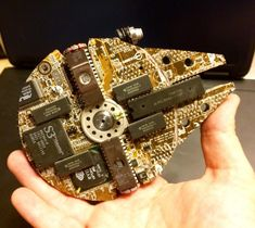 Millennium Falcon ver Created From Junked Computer Parts Millennium Falcon, Star Wars Furniture, Industrial Style Desk, Salvage Parts, Star Wars Room, Arte Robot, Ipod, Computer Art, Shadowrun