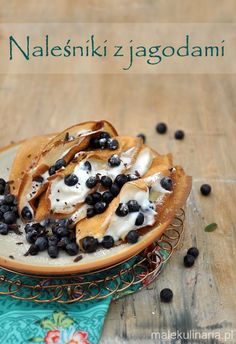 Naleśniki z jagodami, ricottą i czekoladą. Crepes with blueberries, ricotta and chocolate