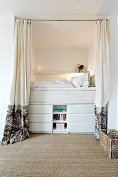 Offenes Hochbett Für Kleine Niesche Im Raum Mit Unterbau Für Praktischen  Stauraum Unter Dem Bett.