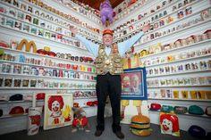 """Dalle scatole degli Happy Meal ai pupazzi di Ronald Mc Donald. Una collezione incredibile composta da più di 75mila pezzi che raccontano la storia di McDonald's, la popolare catena di fast food americana. È il tesoro di Mike Fountaine, un bottino custodito gelosamente in un """"tempi"""