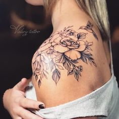 Most Beautiful Shoulder Tattoos for Women shoulder tattoo design, shoulder sexy tattoos, shoulder flower tattoos, small shoulder tattoo ideas, lace tattoos Tattoos Schulter, Tattoo Schulter Frau, Trendy Tattoos, Sexy Tattoos, Body Art Tattoos, Tatoos, Tattoos Pics, Female Tattoos, Tattoo Drawings