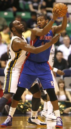 Al Jefferson guards Detroit Pistons power forward Greg Monroe.
