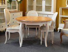 Comedor PARÍS de Bambó Blau, de estilo clásico francés Louis XV. Mesa extensible redonda, de madera de roble acabado bicolor, y sillas tapizadas o de rejilla, de madera de roble acabado blanco roto.