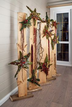 Are you looking for a real eye-catcher for your apartment? These 12 standing decor . - Are you looking for a real eye-catcher for your apartment? These 12 standing decoration pieces are - Christmas Wood Crafts, Christmas Porch, Rustic Christmas, Holiday Crafts, Christmas Time, Christmas Ornaments, Art Floral Noel, Front Door Christmas Decorations, Christmas Traditions