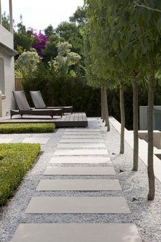 Peter Fudge Gardens: Betonplatten mit Kiesel Weg durch…