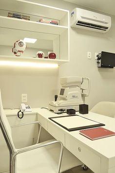 Consultório oftalmológico com design super clean e pequenos detalhes que trazem cor ao ambiente.
