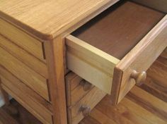 How to Remove Drawers With the Most Common Types of Drawer Slides from the cabinetry specialists at OVIS Online. Old Cabinets, Kitchen Cabinets In Bathroom, Kitchen Shelves, Diy Drawers, Wooden Drawers, Wood Projects, Woodworking Projects, Woodworking Plans, Workbench Plans