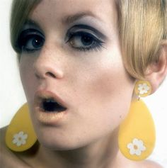Twiggy - modeling Mary Quant make up and earrings Vintage Makeup, 1960s Makeup, Twiggy Makeup, Vintage Beauty, Hair Makeup, Vintage Fashion, Eye Makeup, Twiggy Hair, Vintage Glamour