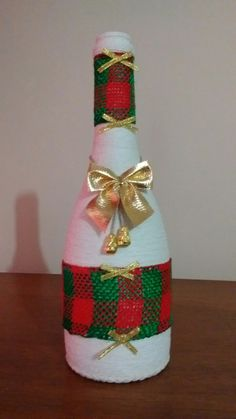 Diy Bottle, Wine Bottle Crafts, Mason Jar Crafts, Christmas Crafts For Kids, Xmas Crafts, Xmas Decorations, Christmas Centerpieces, Christmas Floral Arrangements, Christmas Wine Bottles
