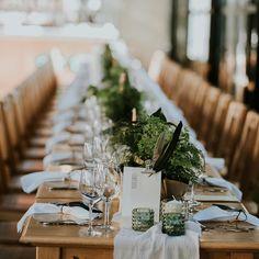 Nu spunem că nu ne plac nunțile cu flori proaspete și cu aranjamente ample, însă în ultimul an căutăm alternative și idei și pentru acele nunți eco-friendly, unde micile alegeri pot avea un impact major.  Ne-am bucurat nespus când @blagaevents ne-a scris despre nunta Eugeniei și dorința ei de a folosi plante la ghiveci ca și decor pentru mese, ele devenind cadoul ideal pentru fiecare invitat. Vorbim mult despre sustenabilitate, dar oare care sunt opțiunile pentru un eveniment… Table Settings, Table Decorations, Outfits, Home Decor, Suits, Decoration Home, Room Decor, Place Settings, Home Interior Design