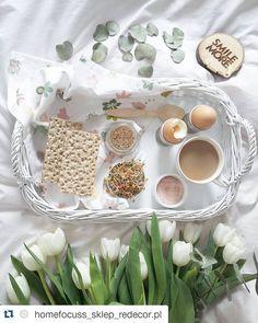 #Repost @homefocuss_sklep_redecor.pl with @repostapp ・・・ Sunday morning...czyli śniadanie do łóżka ( na mojej nowej tacy od @phu_moon_pearl), późny start, kilka stron książki i druga kawa około 11. Potem zacznę się rozkrecać. A jak tam Wasz poranek? #breakfastinbed#onthebed#onthetableproject#morning#poranek#sniadaniewlozku#sunday#niedziela#instadaily#instamood#instamoment#vscobest#flatlay#tulips#tulipany#springflowers#