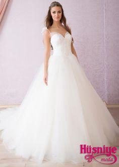 2015 Gelinlik Modelleri, son moda kabarık, dar, sade , her vücut tipine göre gelinlikler Fiyonk askılı sworosky taş işlemeli sırt dekolteli v korsajlı belden kabarık tül gelinlik modeli Best Wedding Dresses, Wedding Gowns, Dress Body Type, Engagement Dresses, The Dress, Body Types, Chiffon, Formal Dresses, Favours