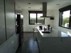 Cuines SANTOS | Model: MINOS blanc lacat. Tu també pots tenir una cuina com aquesta. Projecte by Hernando Cocina y Baño, Burgos.