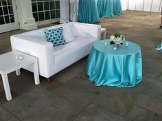 We love this fresh, bright blue sitting area for a Knoxville wedding from Luma Designs! It is so fun! Click the image link to get in touch with them today. Image credit: Luma Designs Facebook.