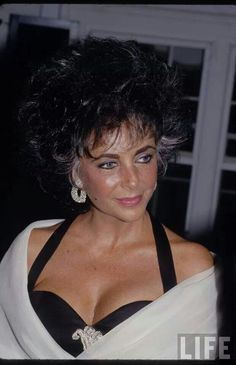 Stunning & beautiful, Elizabeth Taylor, one of the few times she is seen wearing the Prince of Wales brooch that she purchased from auction from the estate of the Duchess of Windsor