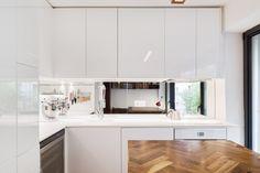 Aménagement d'un studio I Cuisine intégrée I Blanche I Crédence miroir I Luminaire bois I Paris  I Zoomfactor Architectes
