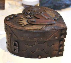 Caixa em formato de coração, envelhecida e toda trabalhada com objetos antigos...