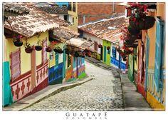 Guatapé in Kolumbien ist bekannt für die wunderschön geformten und gemalten Darstellungen des Dorflebens, die die untere Hälfte der meisten Gebäude im Zentrum der Stadt schmücken.