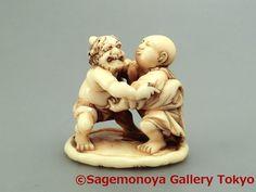 Oni and Jizo Sumo wrestling. Netsuke Signed HOMIN. Ivory. 鬼と地蔵の相撲 根付 銘 法民 象牙刻。