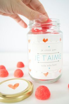 Bonbonnière: Think Pink sweet hearts in a jar for Valentine's Day Cadeau St Valentin, Saint Valentin Diy, Saint Valentine, Be My Valentine, Valentine Day Gifts, Valentines Bricolage, Diy Love, Love Jar, Muy Simple