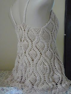 Quando falamos em renda deixamos de lado o crochê, porem o crochê também é um tipo de renda. Por tanto ele é parte integrante do meu trabal... Crochet Beach Dress, Black Crochet Dress, Crochet Crop Top, Crochet Blouse, Knit Crochet, Pineapple Crochet, Vintage Tablecloths, Summer Tops, Crochet Clothes