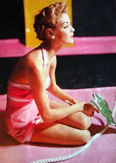 Jean Patchett wearing a pink velvet swimsuit for Vogue, Photo by Horst P. Lily Donaldson, Carmen Kass, Vogue Uk, Richard Avedon, Pierre Balmain, Martin Munkacsi, Moda Men, Look Jean, Vogue Mexico