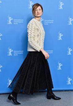 Berlinale 2016: Jury-Mitglied Alba Rohrwacher kombiniert sehr effektvoll ihren nietenbesetzten Faltenrock aus Tüll mit einem ebenfalls mit Nieten besetzten, derben Wollpullover.