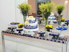 Casamento amarelo e azul - Mesa do bolo simples
