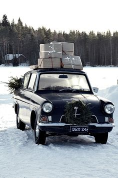 Neljännessä luukussa jaan viime talvena ottamiani kuvia. Silloin pikkuveljeni Anglia muuttui hetkeksi jouluautoksi. Paketit katolla, ku...