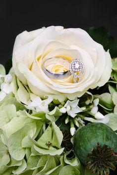 Fotografeer je ringen op een leuke manier door bloemen te gebruiken #lente #bruiloft #inspiratie #trouwring #ringen   Trouwen in een beachclub op Mallorca   ThePerfectWedding.nl   Fotografie: Kroonmoment