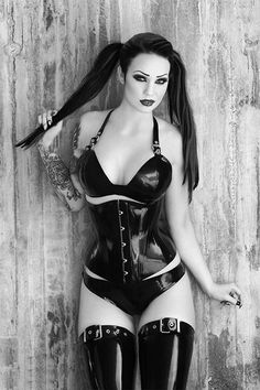 Gothic Fashion And You - Learn What It Takes. Many people believe that you have to spend a ton of money if you want to look fashionable. Goth Beauty, Dark Beauty, Dark Fashion, Gothic Fashion, Goth Look, Gothic Models, Goth Women, Metal Girl, Sexy Latex