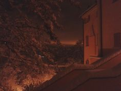 nevicata notturna, vista dalla finestra della camera da letto