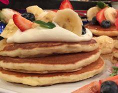 Pancakes frutales con dulce de leche y bananas al rhum