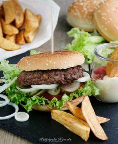 Domowy hamburger wołowy z frytkami. Chrupiący i pyszny