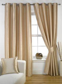 A fluidez dos tecidos de cortinas e capas de almofada combinam muito bem com a rigidez característica dos elementos metálicos.